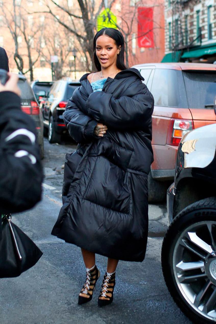 девушка в большой куртке