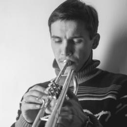 мужчина трубач