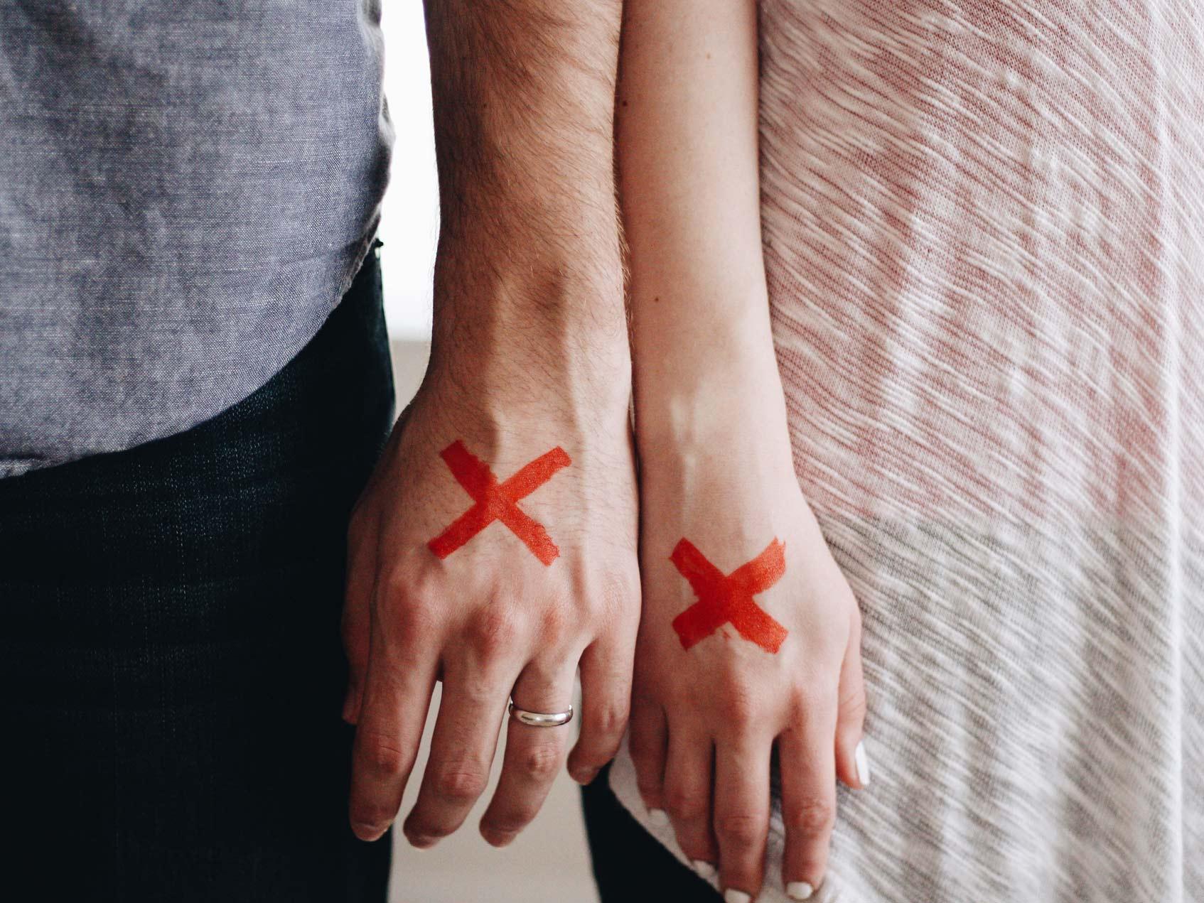 руки с красной пометкой