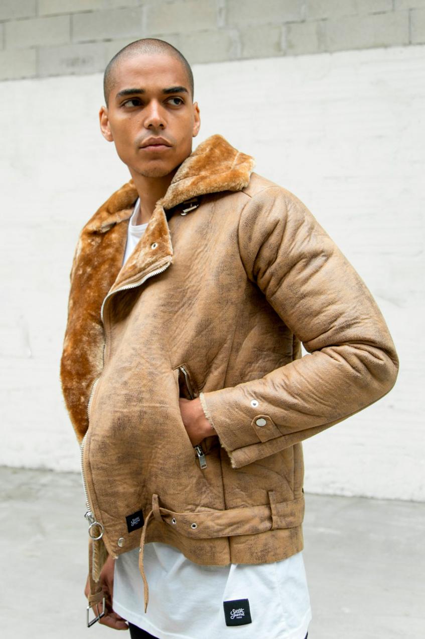мужчина в бежевой куртке