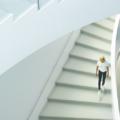 девушка на белой лестнице