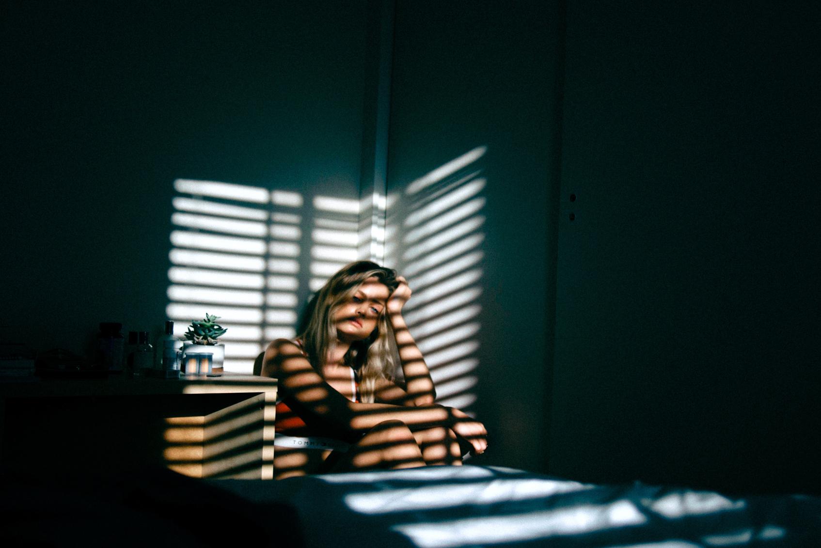 девушка в тени