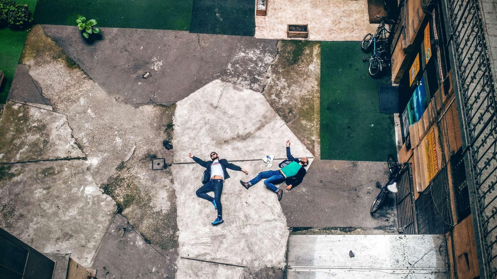 парни лежат на полу
