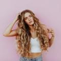 девушка с кудрявыми волосами