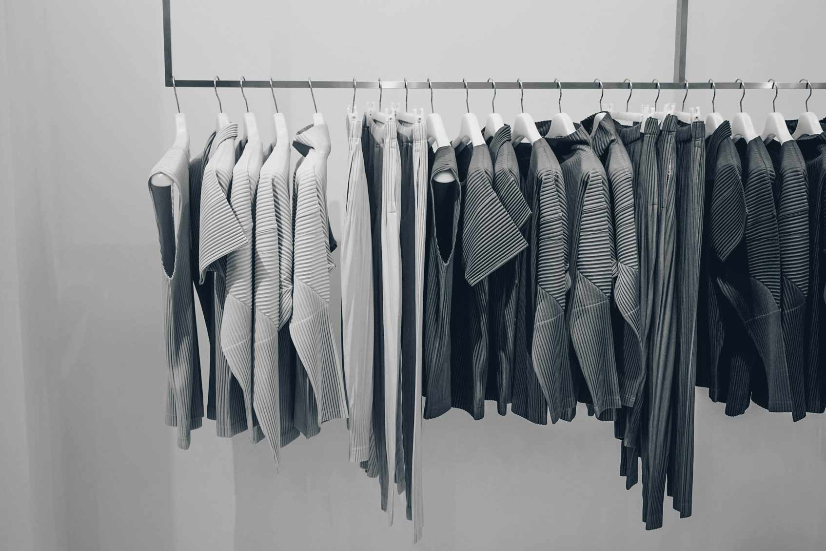 Серая одежда на вешалке