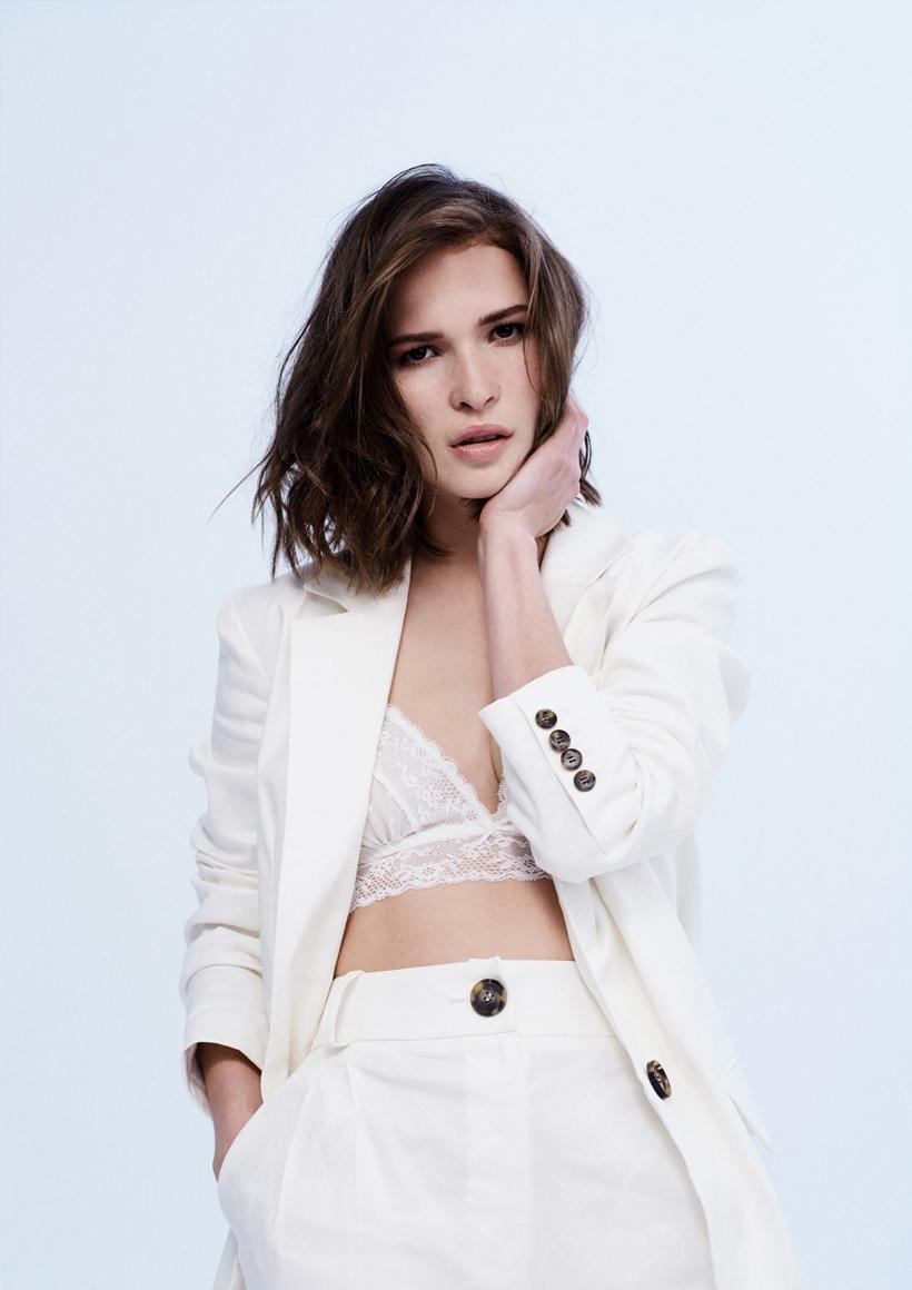 девушка в белом пиджаке
