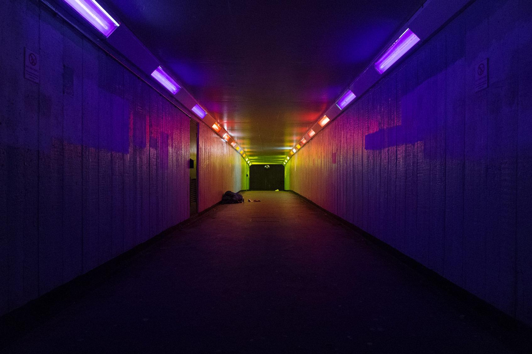 неоновый свет в тоннеле