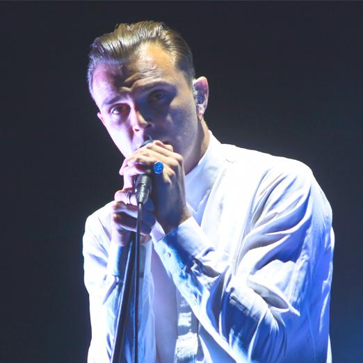 мужчина у микрофона
