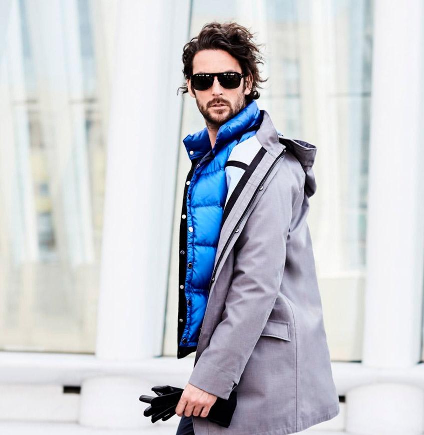 мужчина в серой куртке