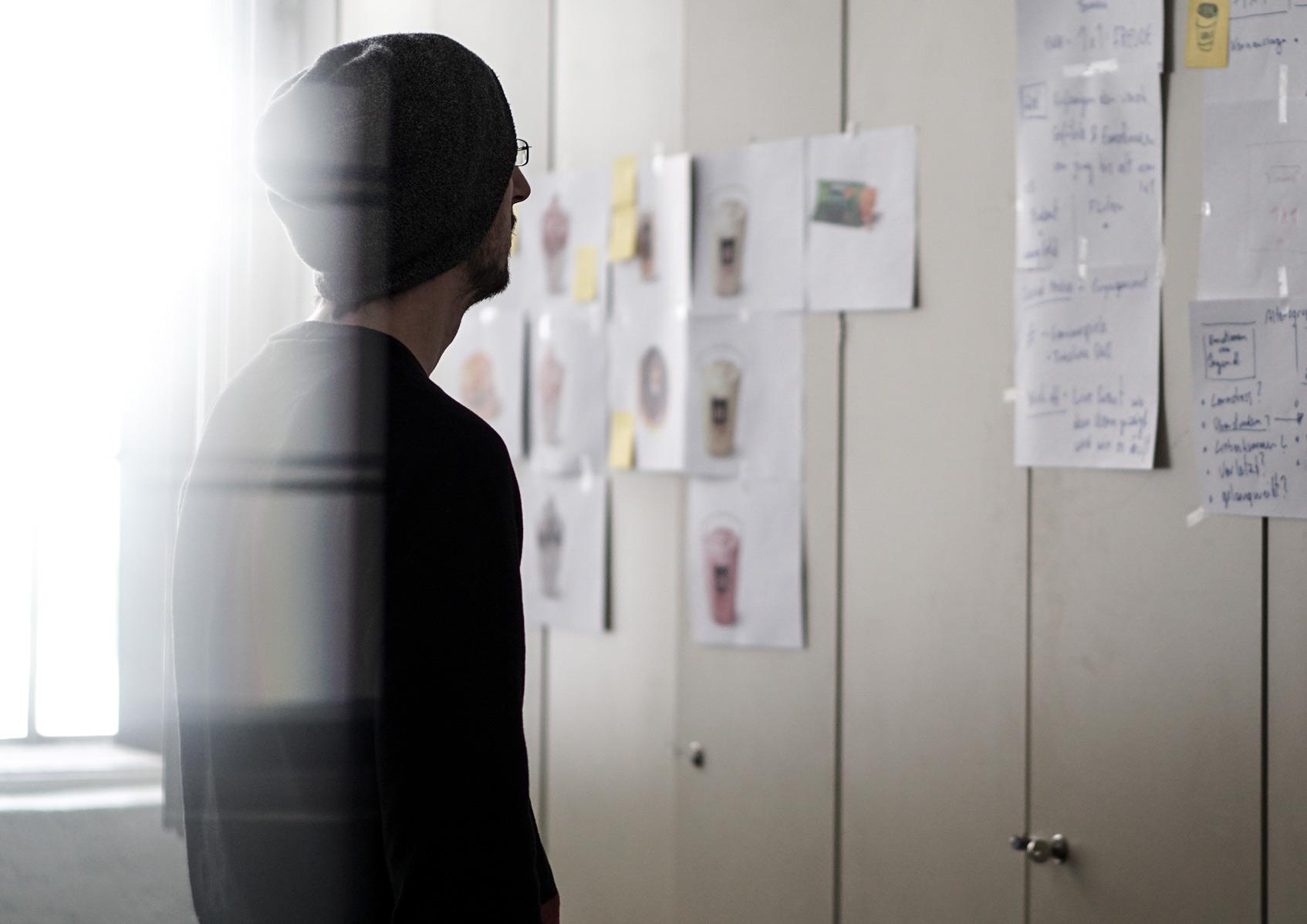 мужчина смотрит на стену