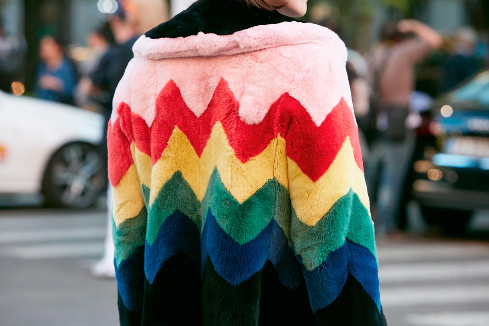 разноцветная шуба из эко-меха
