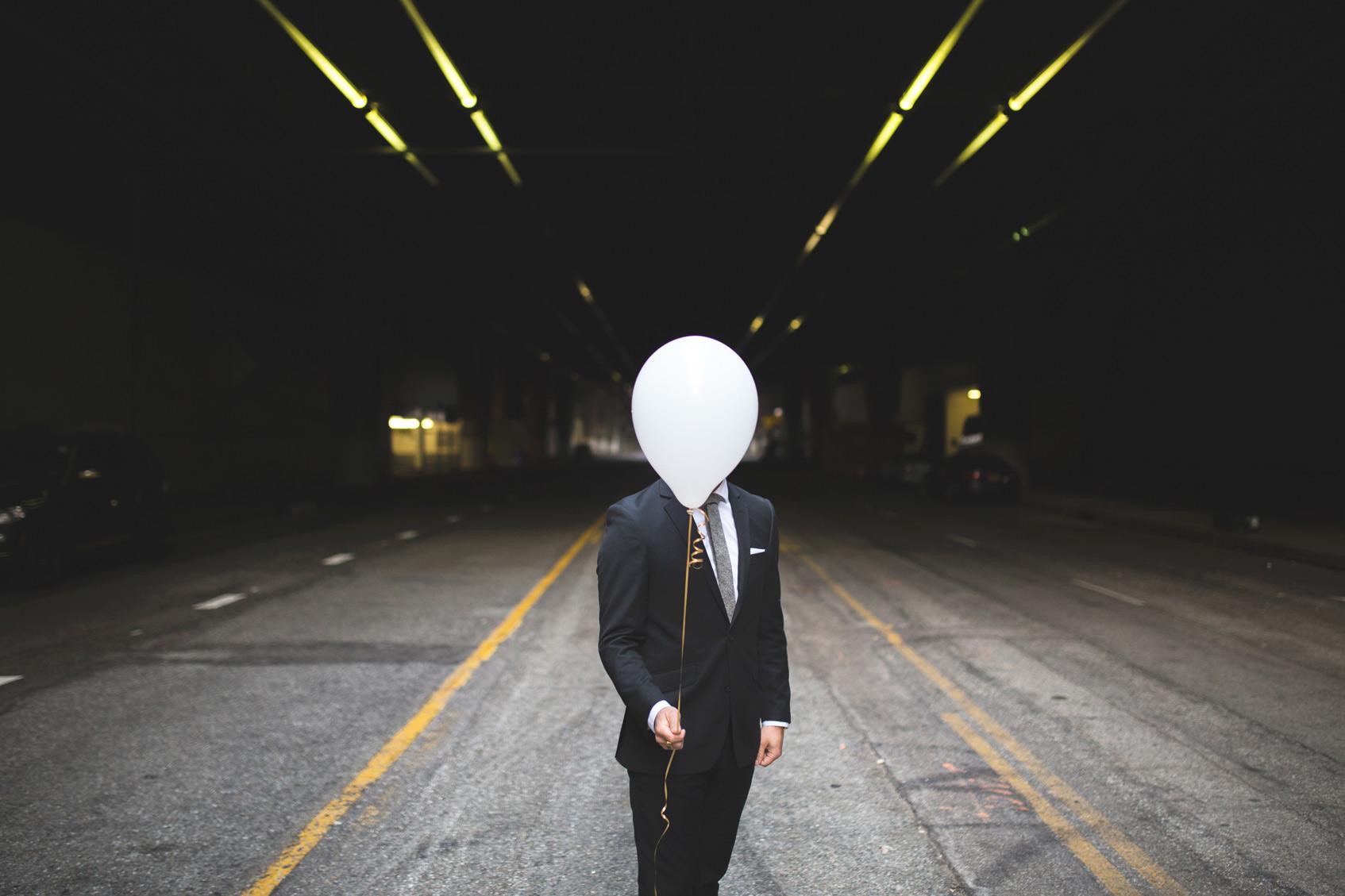 мужчина с воздушным шариком