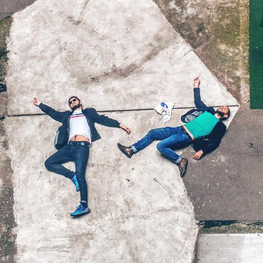 парни лежат на земле