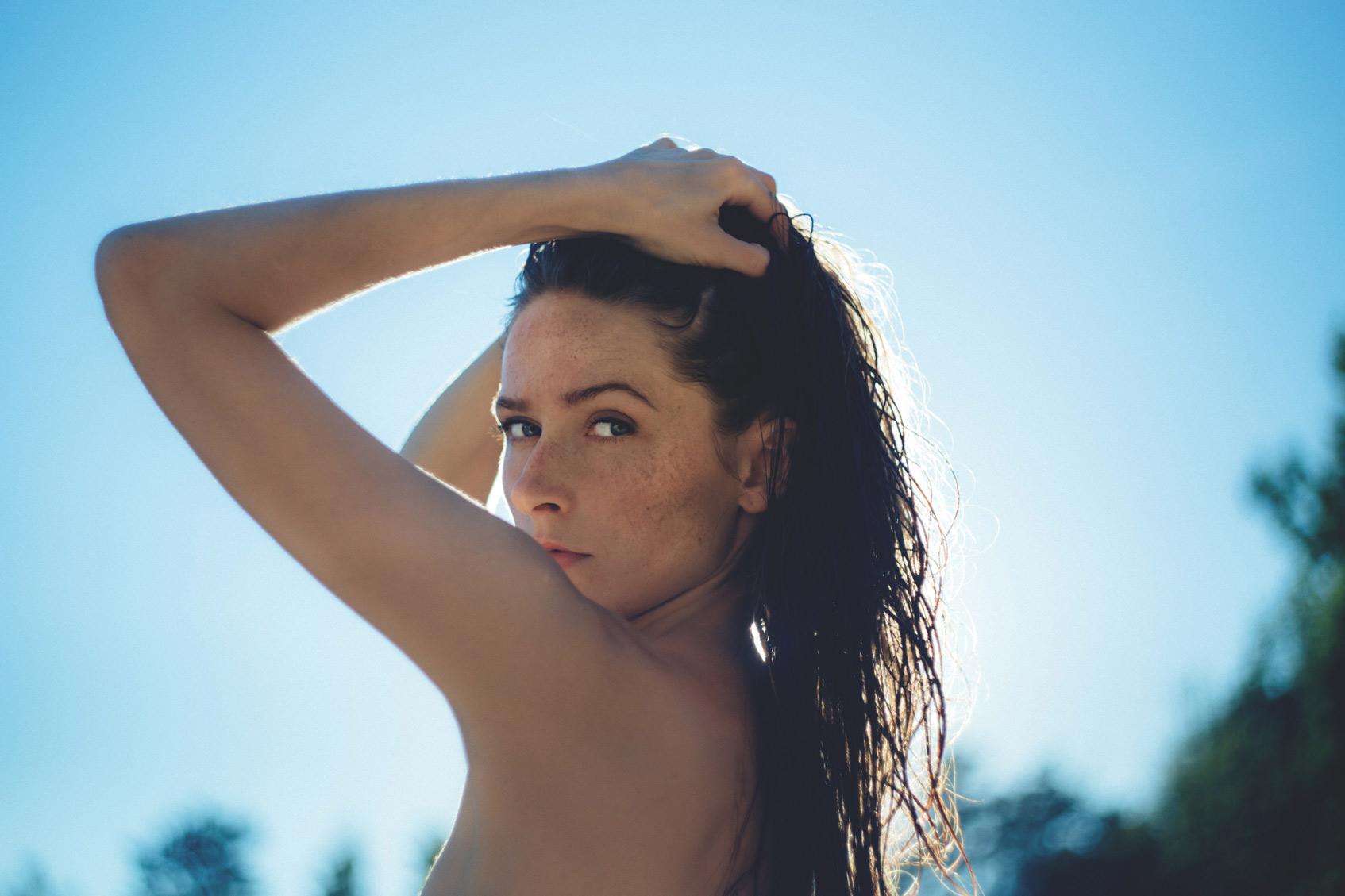 загорелая девушка на пляже