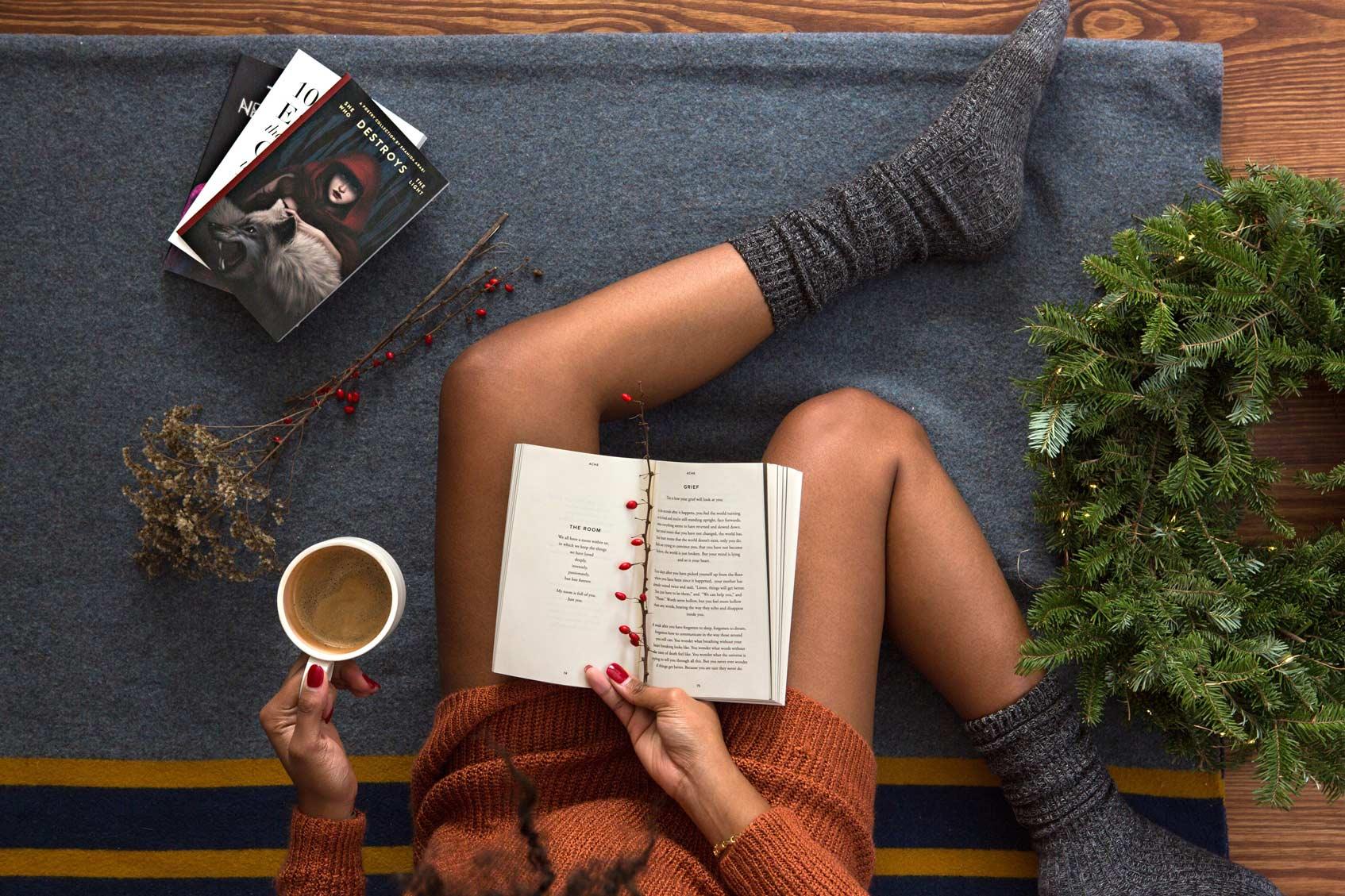 блогер с чашкой кофе