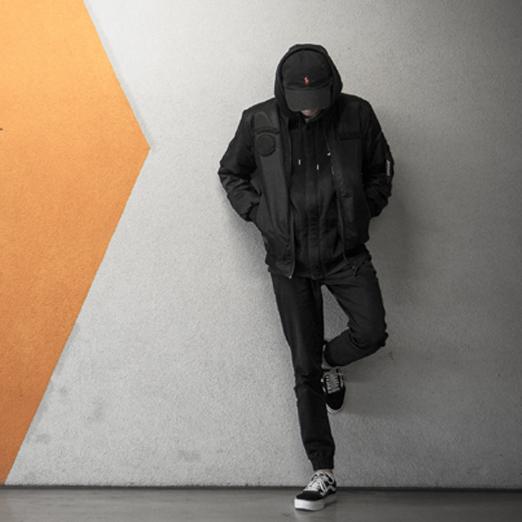 мужчина в джинсовом костюме