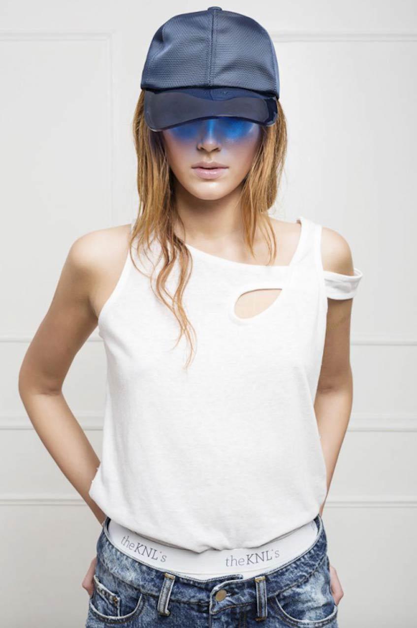 белая футболка с открытыми плечами The KNLs