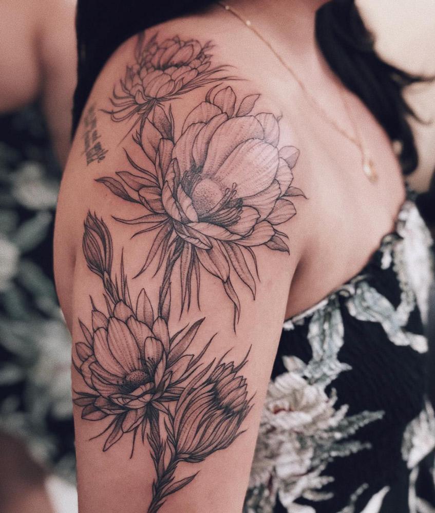 татуировка на плече с цветами