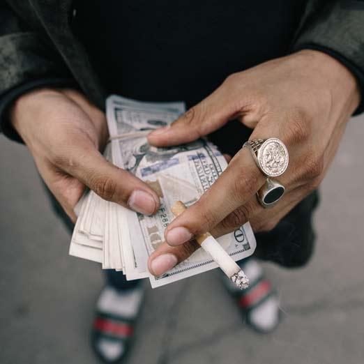 пачка денег в руках