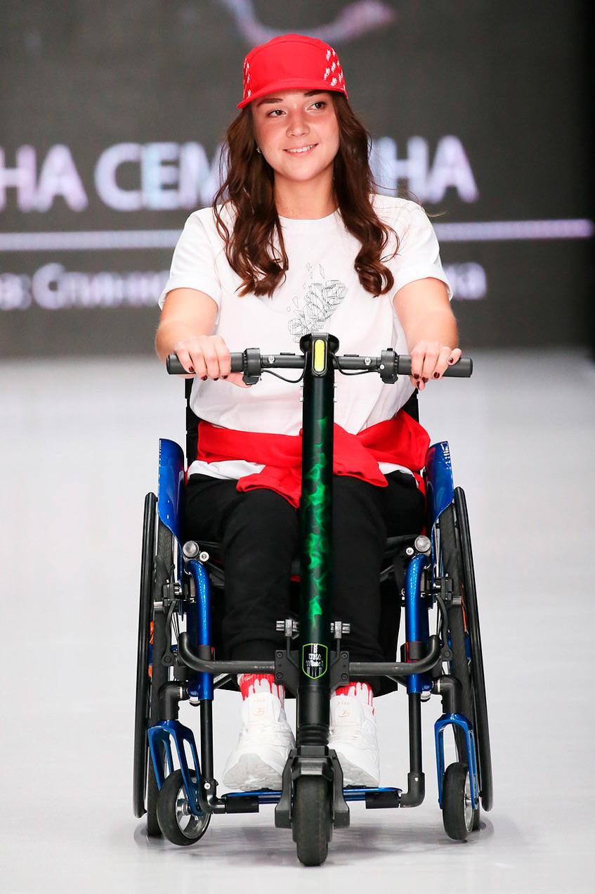 показ с участием моделей на инвалидных креслах