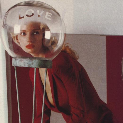 ретро плакат девушка в красном