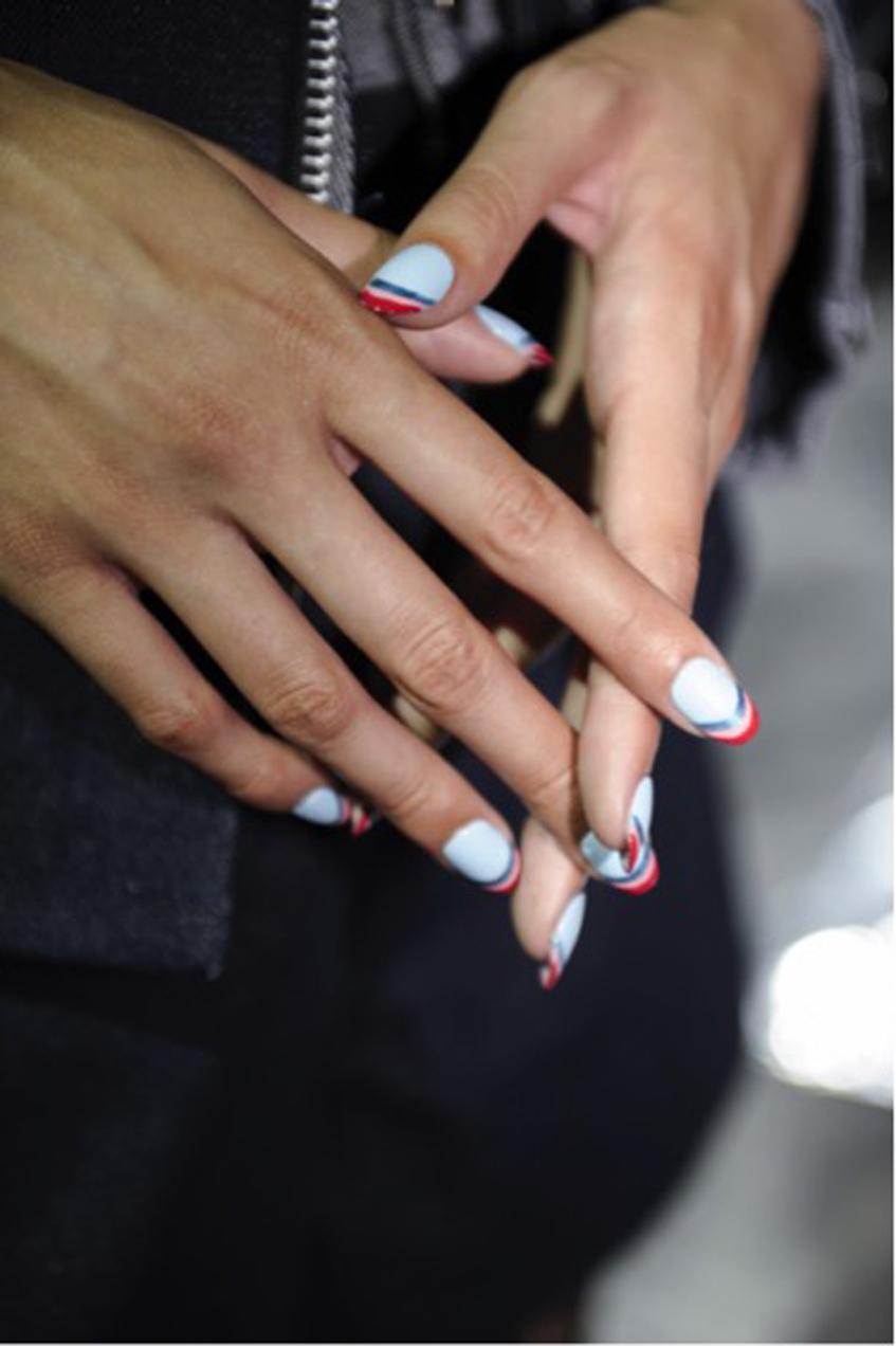 маникюр белые ногти с яркими рисунками