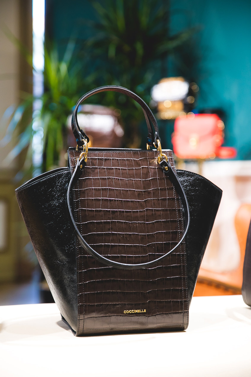 крокодиловая сумка с жестким каркасом Coccinelle
