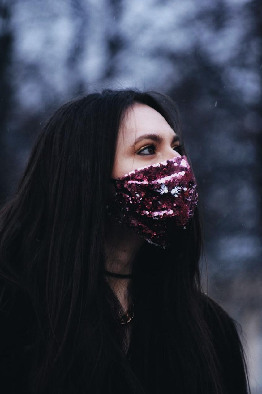 медицинская маска в пайетках