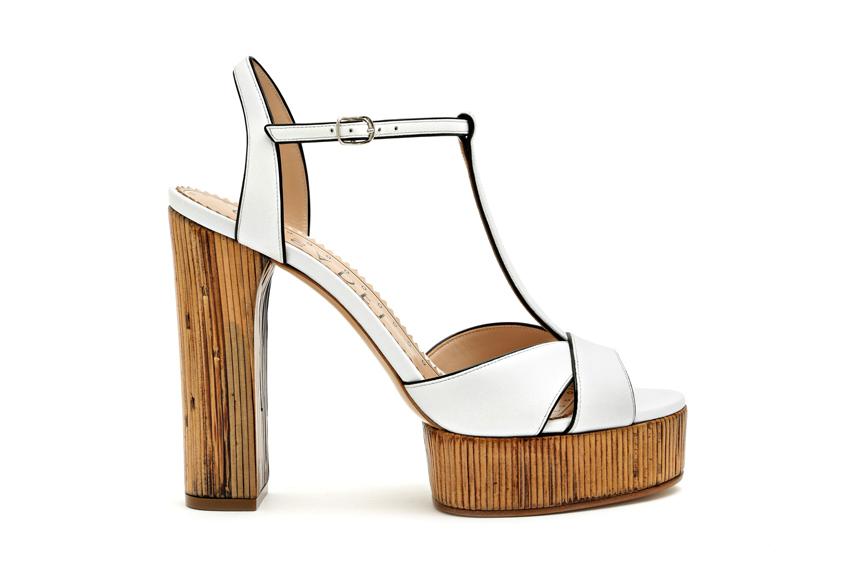 белые босоножки на деревянном каблуке