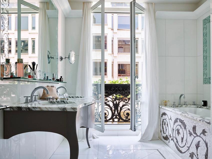 ванная в номере Plaza Athenee