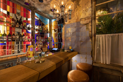 самый маленький бар в мире тройничок