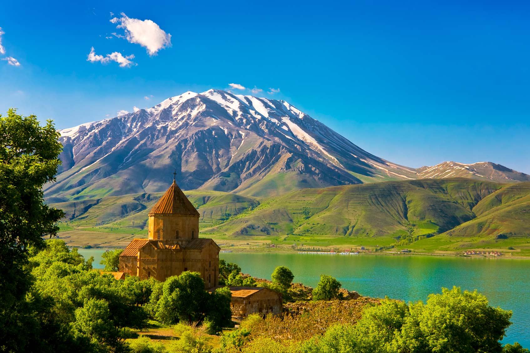 Остров Акдамар в озере Ван. Армянская кафедральная церковь Святого Креста (с 10-го века). Спокойный вулкан Гора Кадир (Кадир Даги) на заднем плане