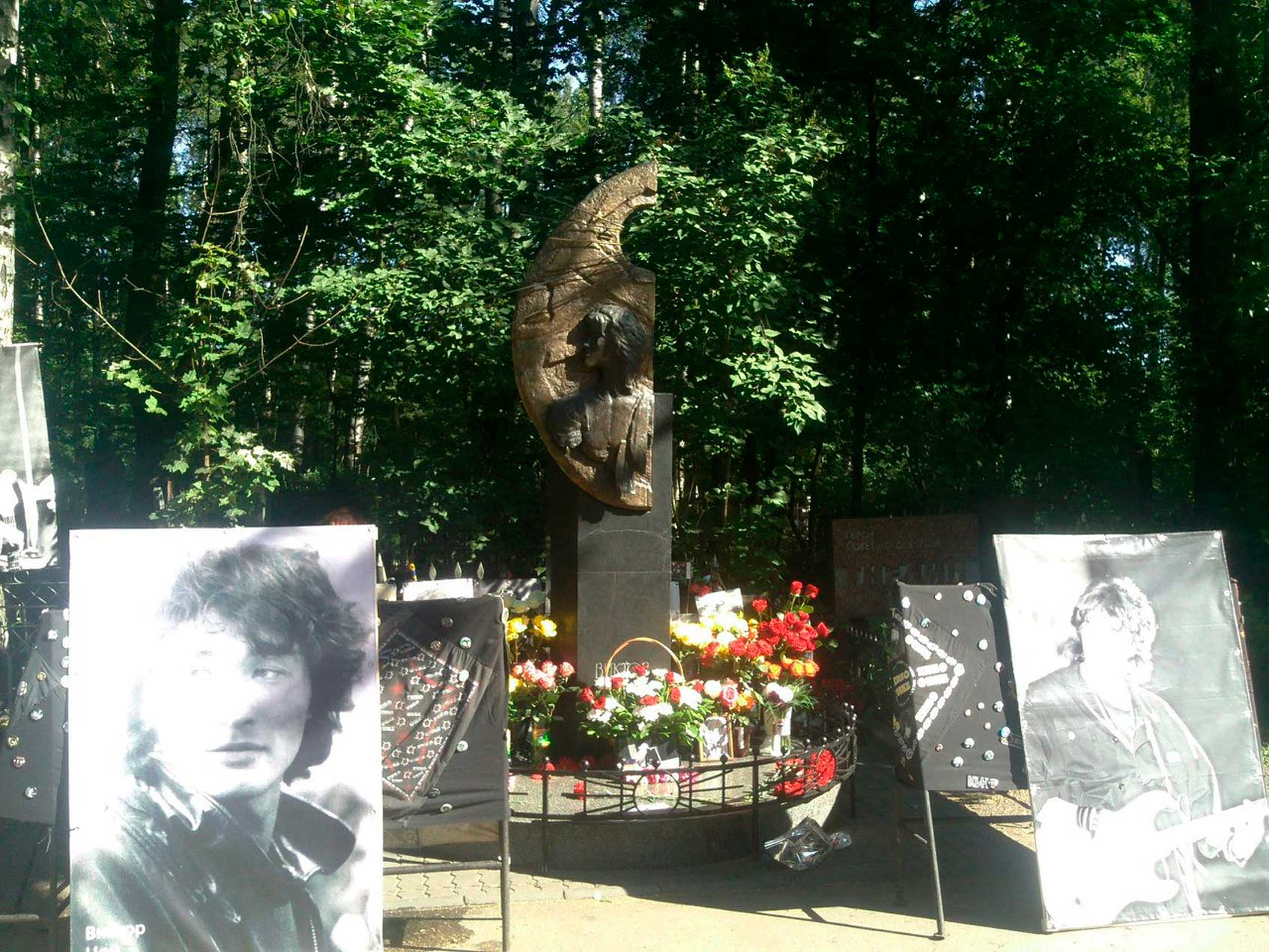 Могила Виктора Цоя (1962-1990) на Богословском кладбище Санкт-Петербурга