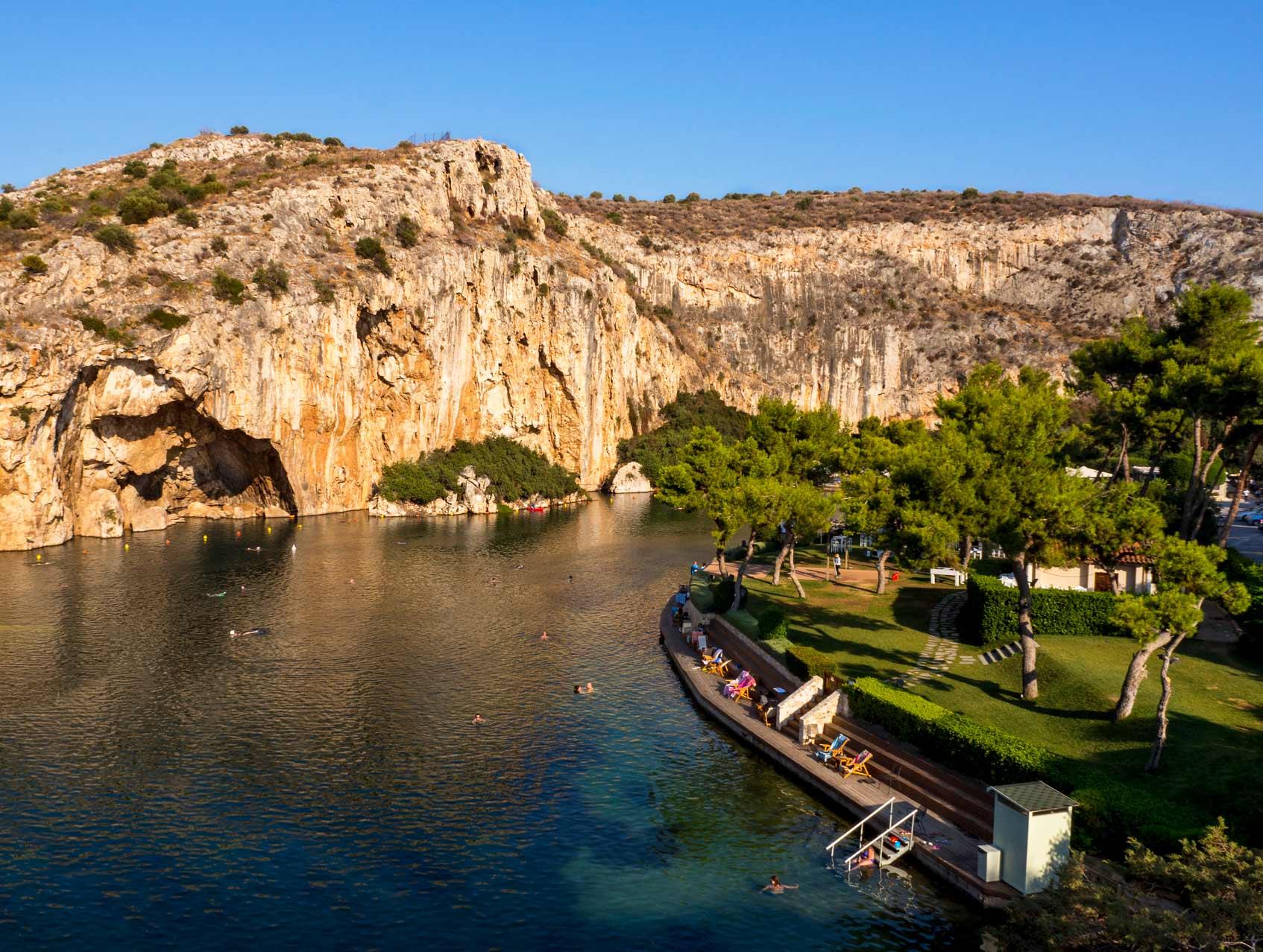 Вид сверху на озеро Вулиагмени - знаменитый спа-курорт в городе Афины, Греция