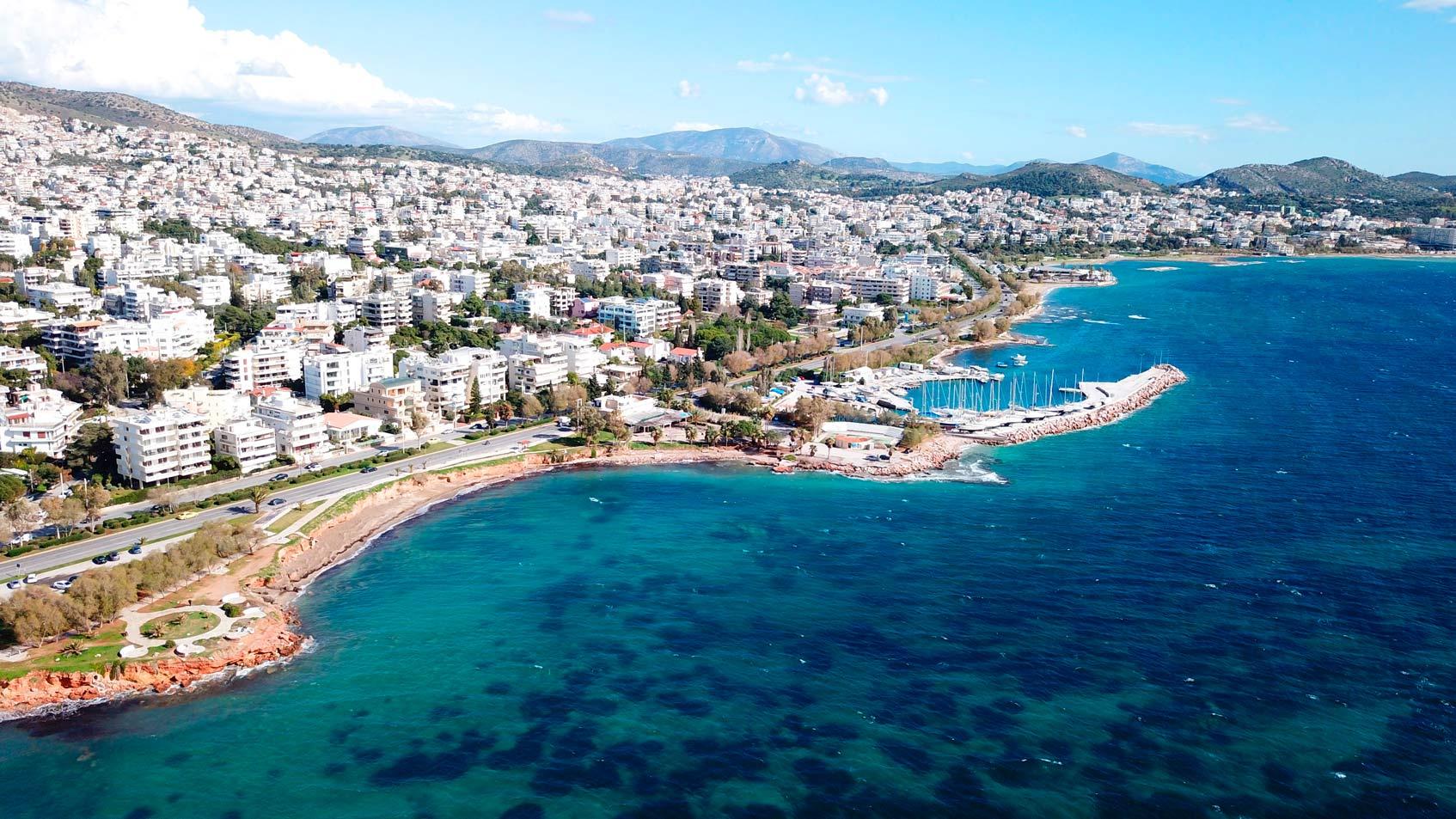 Вид с высоты птичьего полета на знаменитый морской пейзаж Афинской Ривьеры, Вула, Афинская Ривьера, Аттика