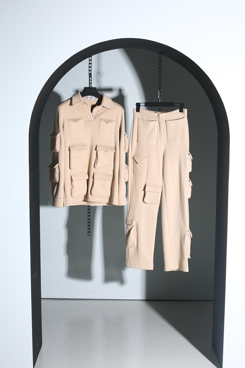 бежевый костюм с накладными карманами tgi