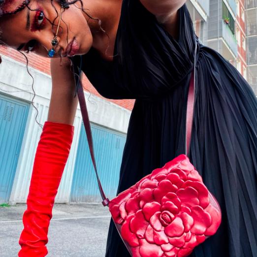 valentino выпустил сумки в виде розы