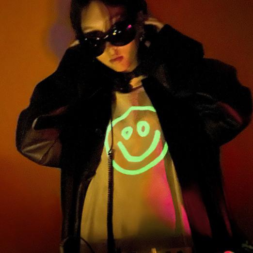 Бренд Balenciaga представил капсулу со смайликами, светящимися в темноте