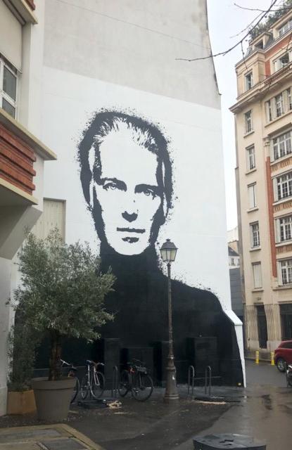 граффити Юбер де Живанши в париже