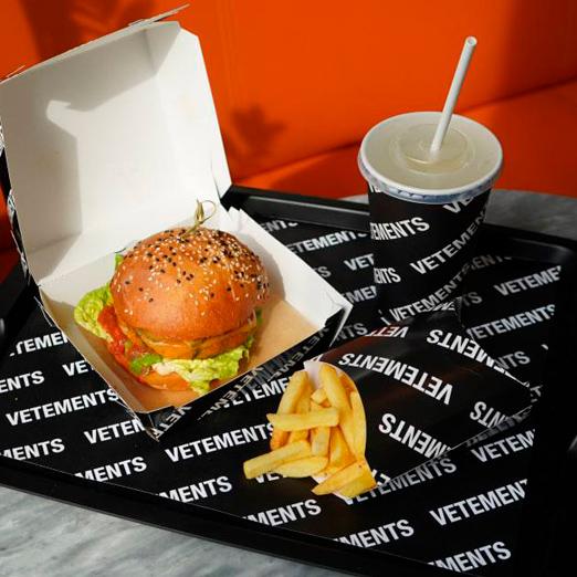 В «КМ20» появился вегетарианский бургер от бренда Vetements