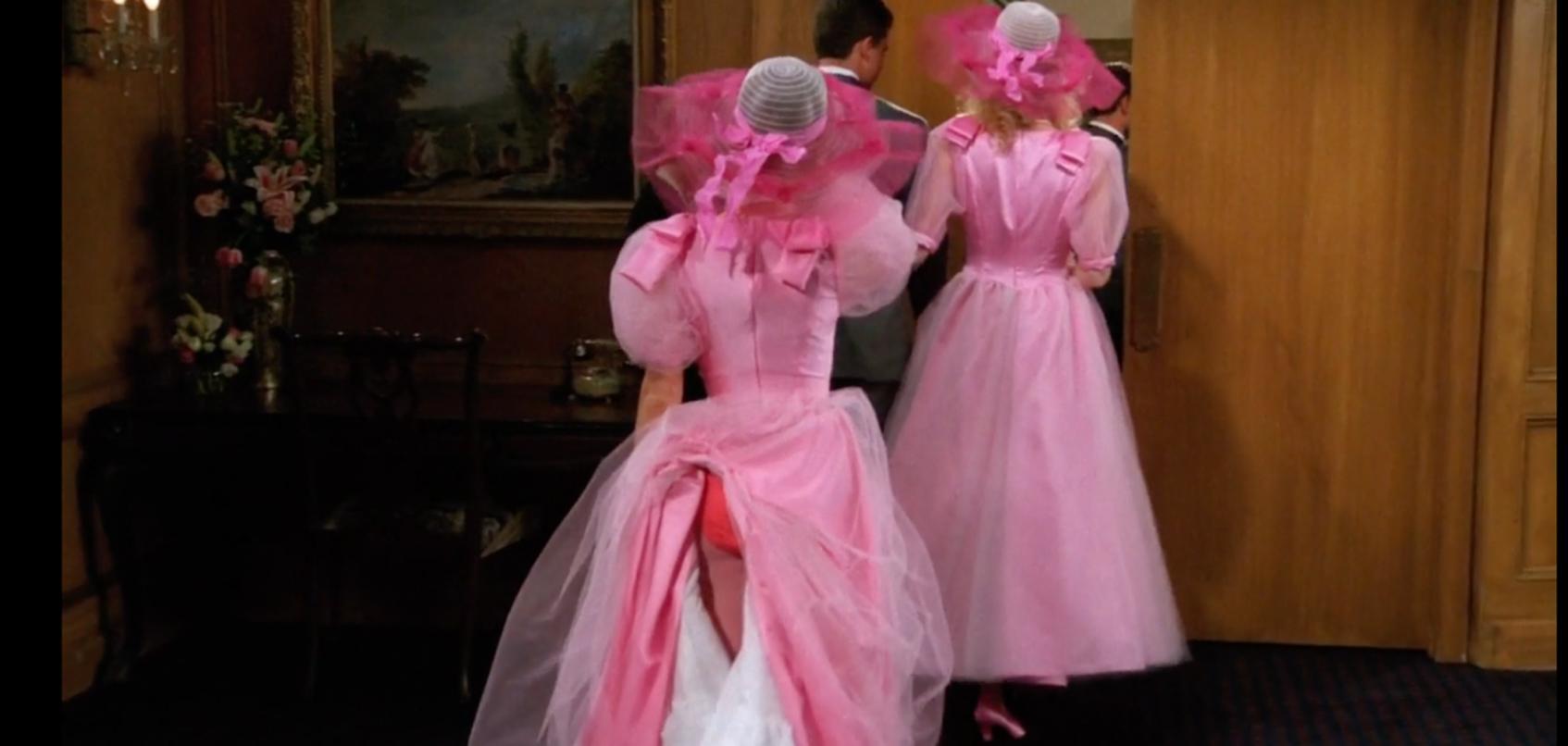 энистон в розовом платье друзья